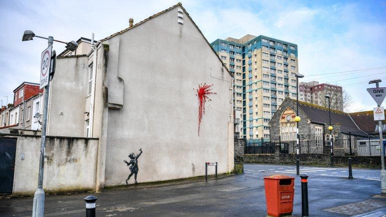 Obra de Bansky dedicada ao Dia dos Namorados vandalizada com grafitti em Inglaterra