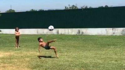 Cristiano Ronaldo mostra filho a marcar golo. De bicicleta – Observador b3026fdeb872a