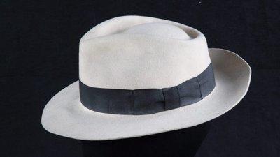 Chapéu do cantor Michael Jackson arrematado em leilão por 10 mil euros b57add59eec