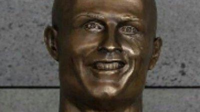 7c496b04c4f4c Na Internet, o busto de Cristiano Ronaldo é motivo de brincadeiras ...