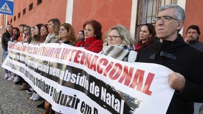 72506827e2f30 Trabalhadores da antiga Triumph entregam lingerie ao Governo em protesto  contra encerramento de fábrica