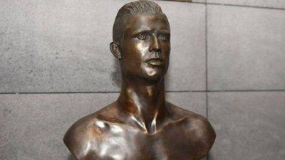 b29af12ff5828 Há um novo busto de Cristiano Ronaldo no aeroporto da Madeira. O antigo foi  substituído