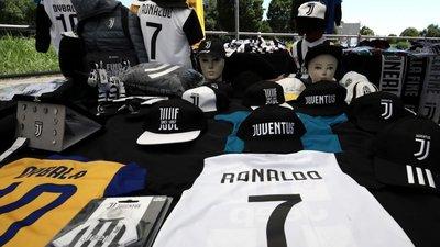 ba7242087 A corrida ao merchandising da Juventus não se fez esperar no dia da  apresentação do novo camisola sete