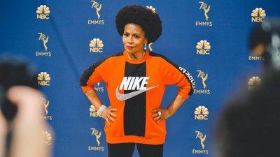 9db2744074f Uma camisola da Nike e o número de telefone do Senado. As mensagens  políticas na red carpet dos Emmy Awards
