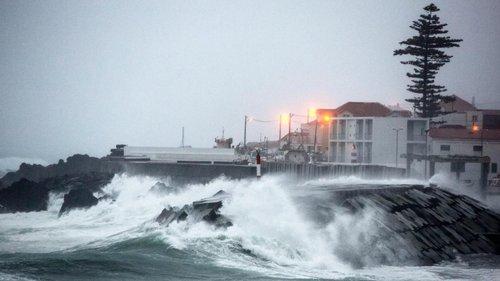 """Resultado de imagem para Açores: Governo Regional encerra escolas na quarta-feira devido à passagem do furacão """"Lorenzo"""""""