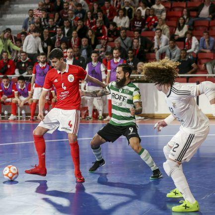 Árbitro do jogo 3 da final entre Benfica e Sporting em futsal agredido com  pau ao chegar ao trabalho – Observador abc913da4e8dd