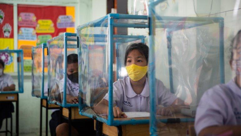 Multas, divisórias de plástico, bolhas de alunos. As estratégias para a  reabertura das escolas nos outros países – Observador