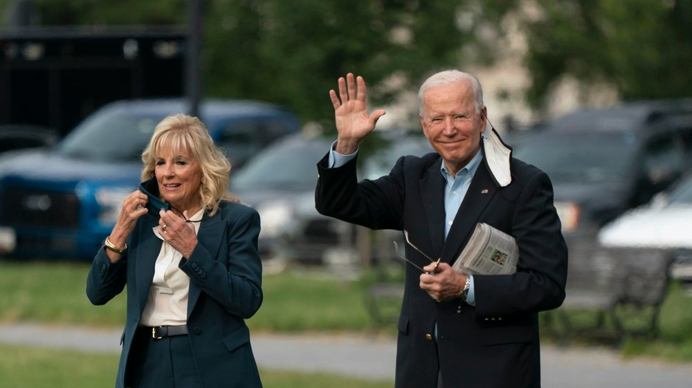 epa09257331 US President Joe Biden (R) and first lady Jill Biden depart the White House heading to Europe, from the Ellipse in Washington, DC, USA, 09 June 2021.  EPA/Chris Kleponis / POOL