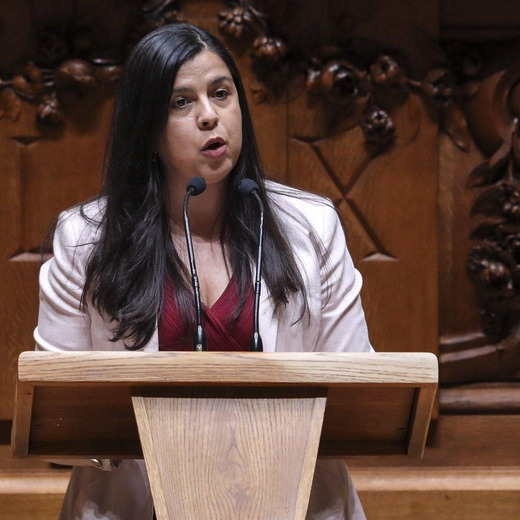 A deputada do Pessoas-Animais-Natureza (PAN) Inês Sousa Real intervém no debate parlamentar sobre os diplomas do PS, PAN, IL e Cristina Rodrigues, sobre ordens profissionais, esta tarde na Assembleia da República, em Lisboa, 13 de outubro de 2021. MIGUEL A. LOPES/LUSA
