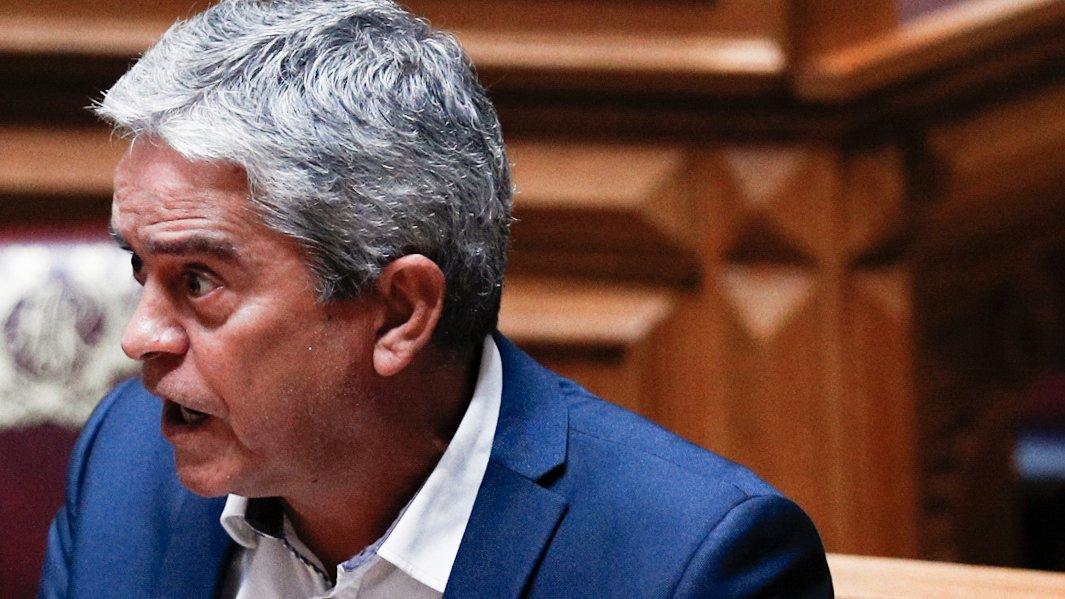 """O deputado do partidos """"Os Verdes"""", José Luís Ferreira, intervém durante o debate sobre política geral, na Assembleia da República, em Lisboa, 07 de outubro de 2021. ANTÓNIO COTRIM/LUSA"""