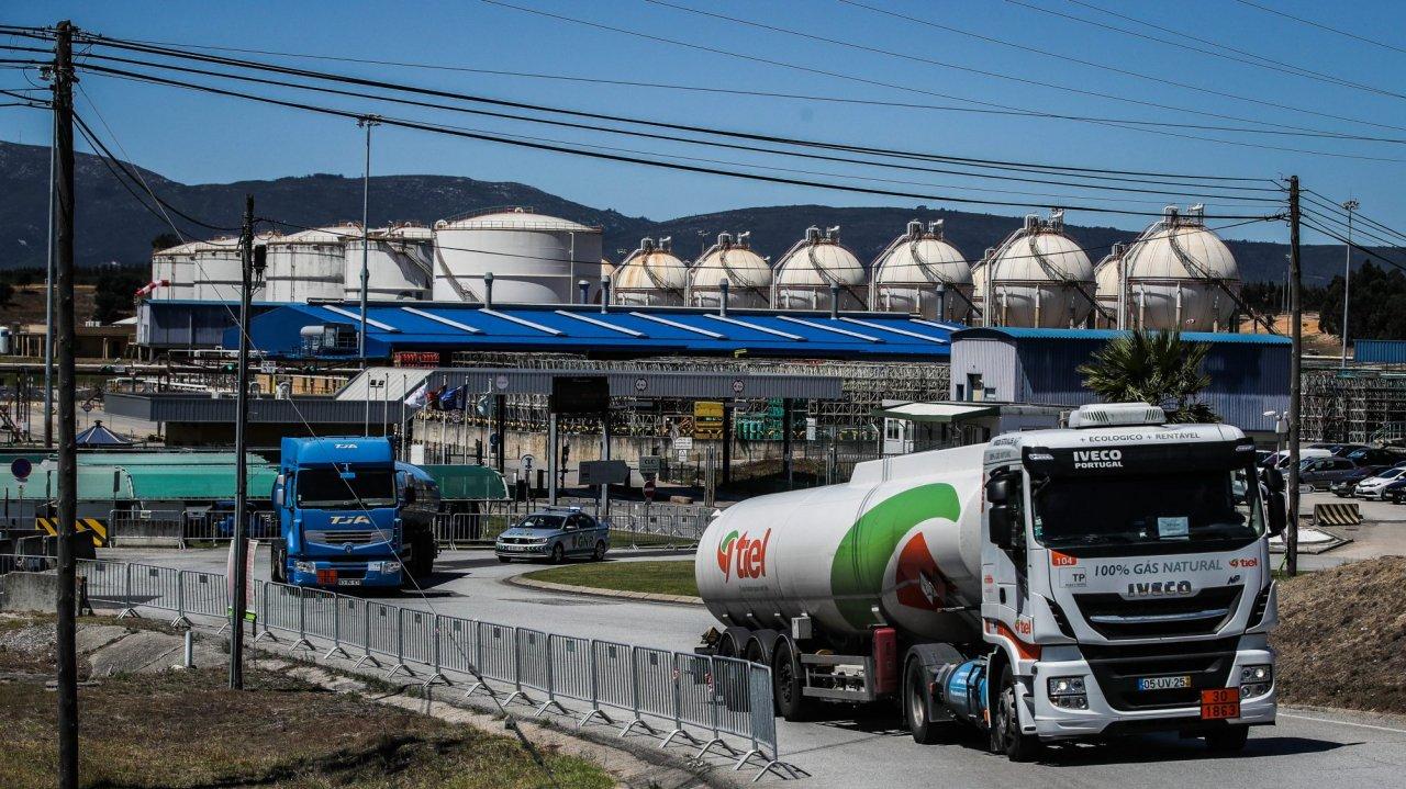 camiões cisterna à saída da Companhia Logística de Combustíveis (CLC)