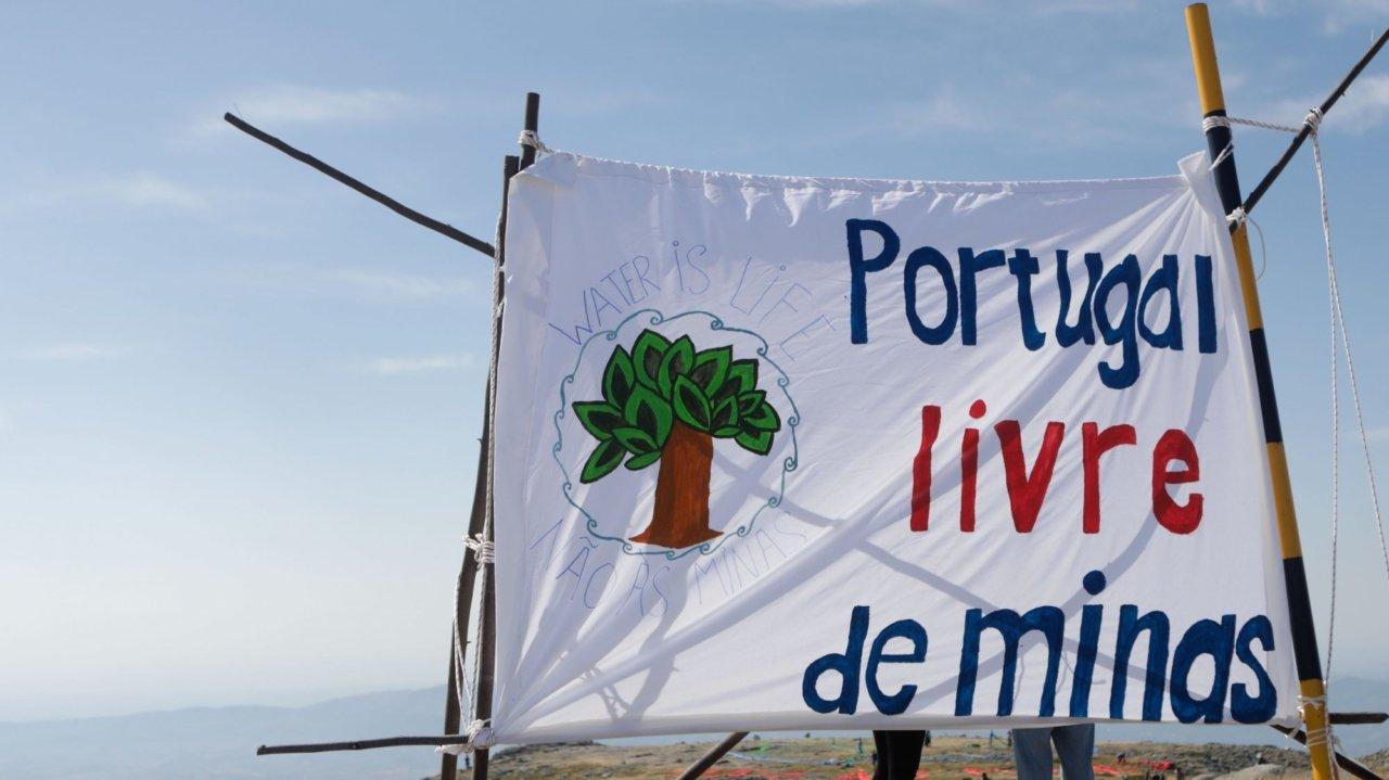 Cartaz de manifestação contra projetos de exploração mineira de lítio