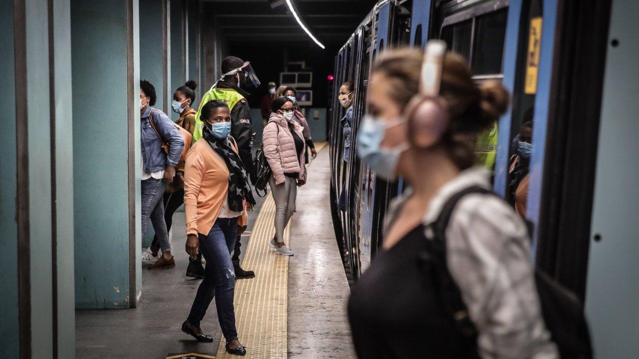 Pessoas no metro de Lisboa