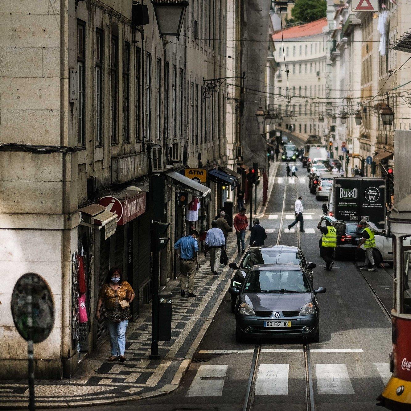Pessoas caminham para Baixa de Lisboa, 18 de junho de 2021. O Governo decidiu proibir as deslocações de e para a Área Metropolitana de Lisboa (AML) no fim de semana devido à subida dos casos de covid-19 neste território. MÁRIO CRUZ/LUSA