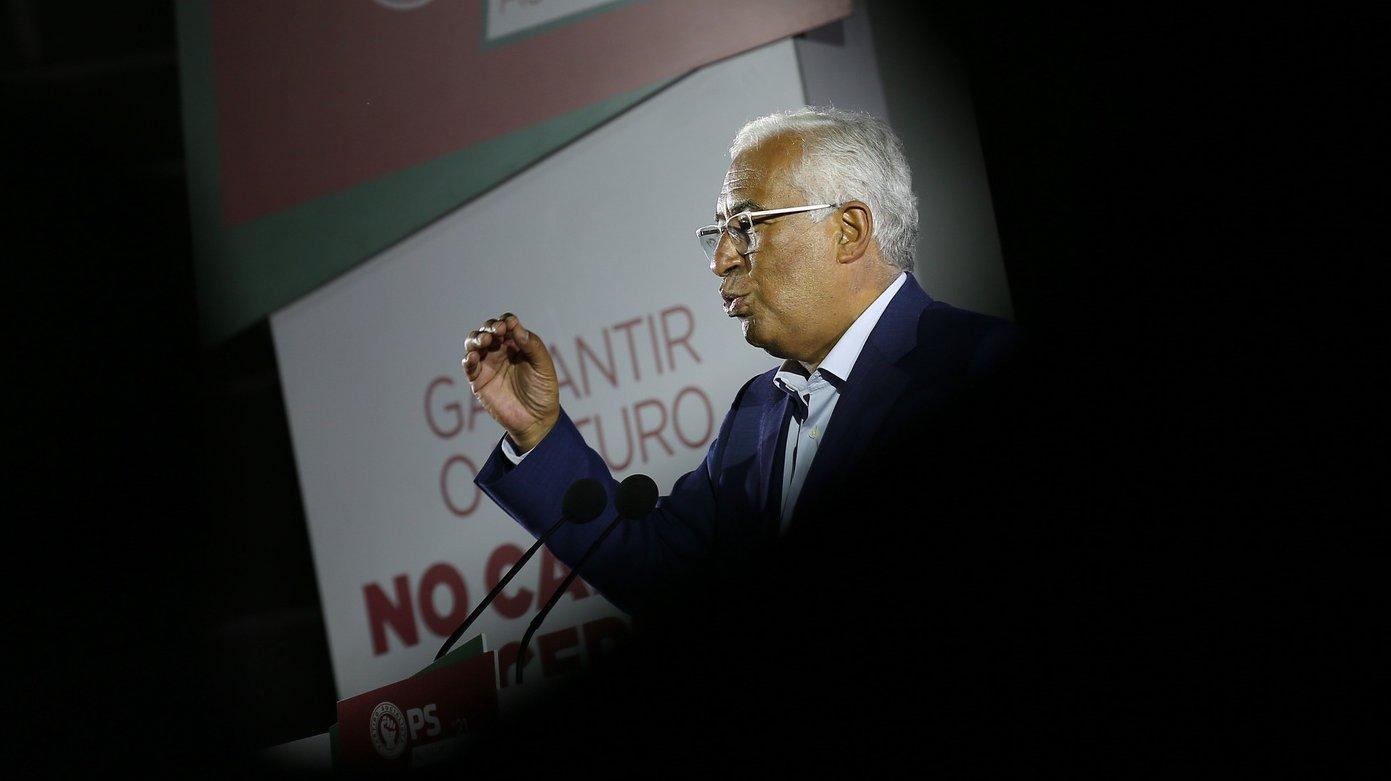 O secretário-geral do Partido Socialista (PS), António Costa, discursa durante um comício de campanha para as eleições autárquicas na praça do Giraldo, em Évora, 21 de setembro de 2021. NUNO VEIGA/LUSA