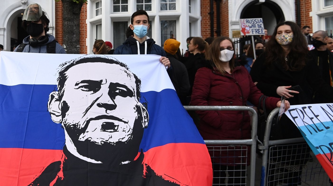 epaselect epa09150804 Supporters of Russian opposition leader Alexei Navalny attend a demonstration organized by the group 'Art of Rebel' outside the Russian embassy in London, Britain, 21 April 2021. Rallies supporting Navalny take place in several cities in Europe. Russian opposition leader Alexei Navalny has been transferred from the penal colony No. 2 (IK-2) in Pokrov, Vladimir region, to the regional prison hospital in IK-3 in Vladimir for receiving vitamin therapy. The decision was taken amid Navalny's hunger strike and announced by his team members fearing for his life.  EPA/FACUNDO ARRIZABALAGA
