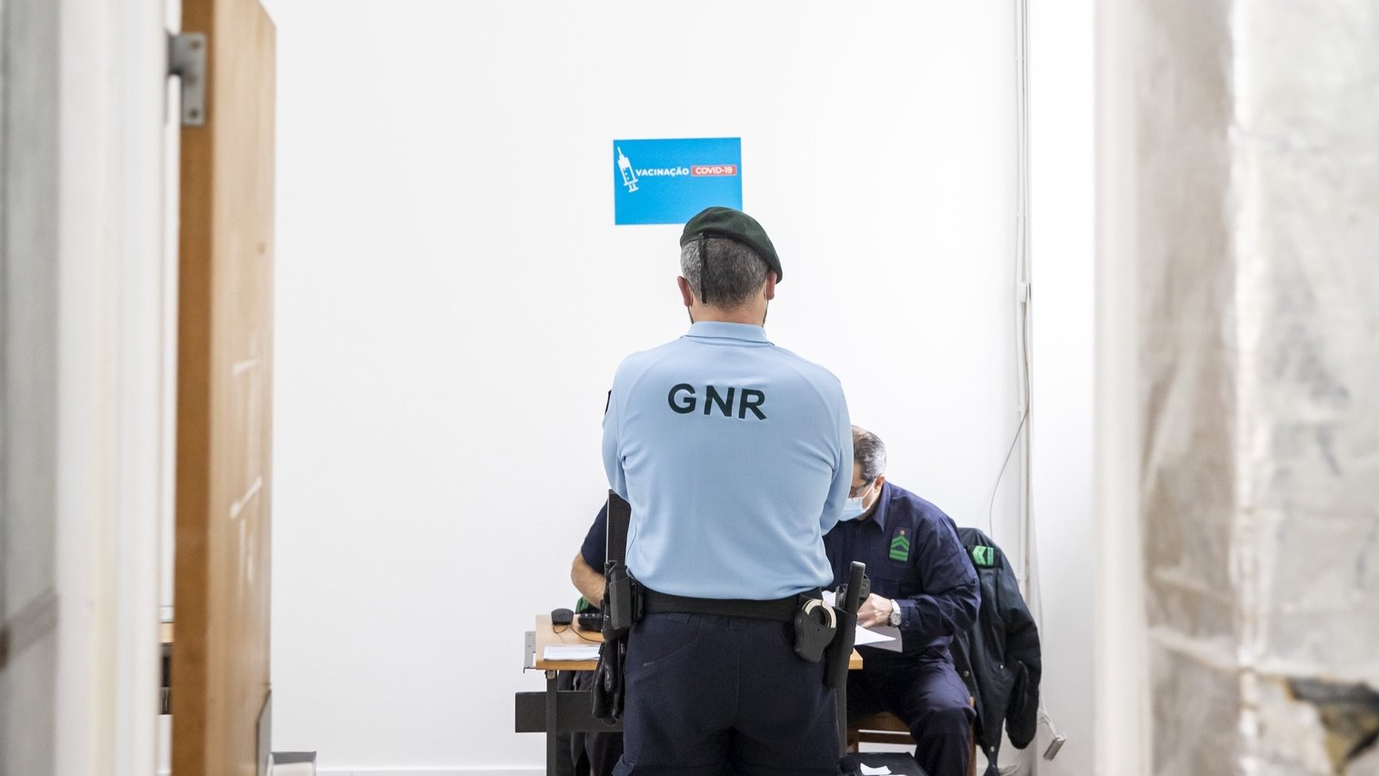 Um militar da Guarda Nacional Republicana aguarda para receber a vacina contra a Covid19, no Quartel de Conde de Lipe, em Lisboa, 13 de fevereiro de 2021. JOSÉ SENA GOULÃO/LUSA