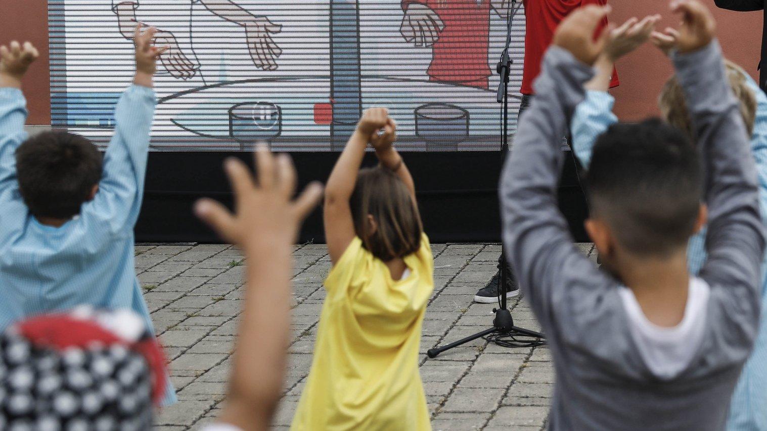 O ministro da Educação, Tiago Brandão Rodrigues (D), durante a visita à Escola Básica com Jardim de Infância José Cardoso Pires, no dia em que as crianças da educação pré-escolar retomam as atividades presencias, com novas regras, depois de encerradas durante mais de dois meses, devido à pandemia da covid-19, em Almada, 01 de junho de 2020. RODRIGO ANTUNES/LUSA
