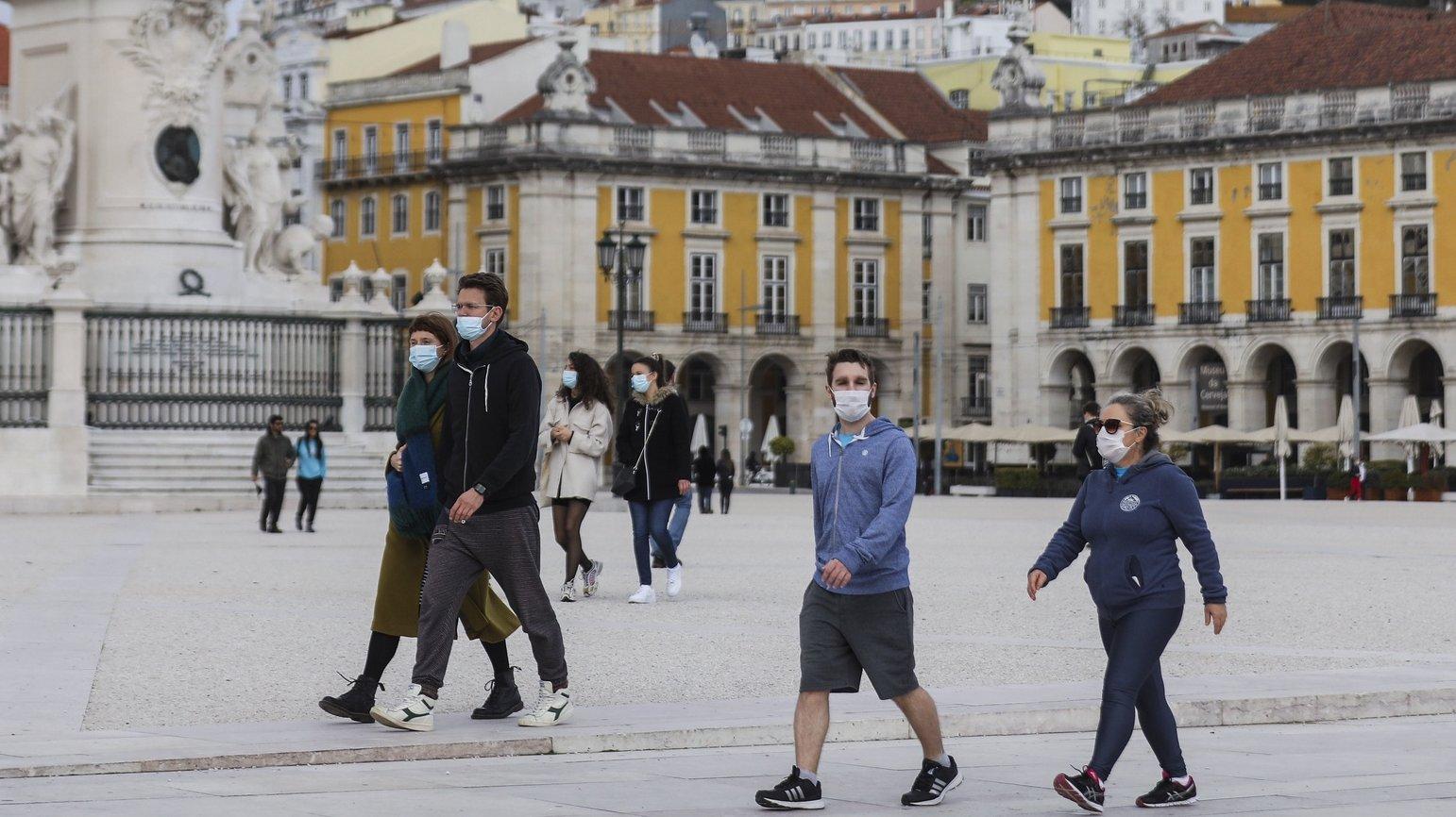 Pessoas passeiam no Terreiro do Paço em Lisboa, durante período com medidas de restrição impostas pelo novo confinamento, na sequência da pandemia de Covid-19, 30 de janeiro de 2021. MIGUEL A. LOPES/LUSA