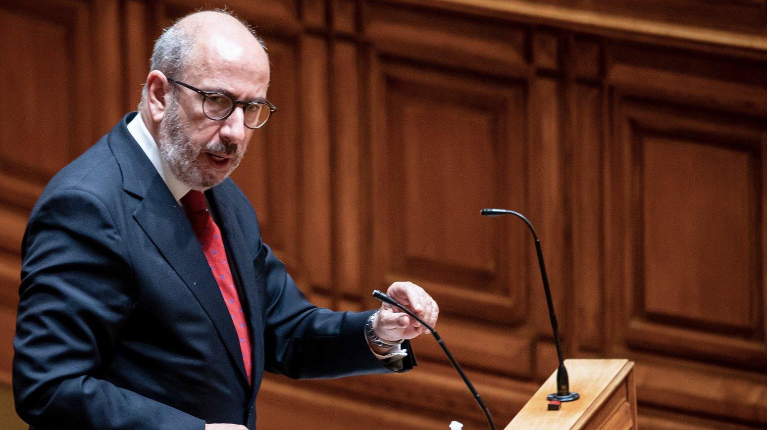 O líder parlamentar do CDS-PP, Telmo Correia, usa da palavra durante o debate sobre o pedido de renovação do estado de emergência, na Assembleia da República, em Lisboa, 25 de fevereiro de 2021. JOSÉ SENA GOULÃO/LUSA