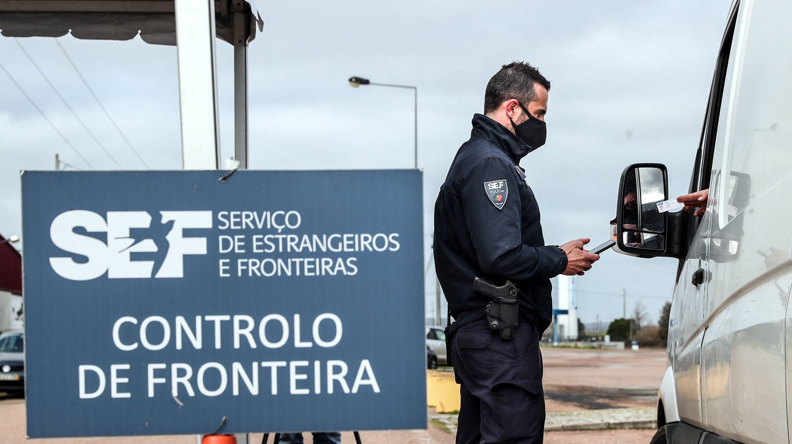 Um agente do Serviço de Estrangeiros e Fronteiras (SEF) verifica a identificação de um automobilista durante uma operação de controlo na entrada em Portugal pela fronteira do Caia (Elvas), 1 de fevereiro de 2021. As fronteiras foram repostas desde as 00:00 de domingo, dia 31 de janeiro, no âmbito das medidas para conter a propagação da covid-19 no território português. NUNO VEIGA/LUSA