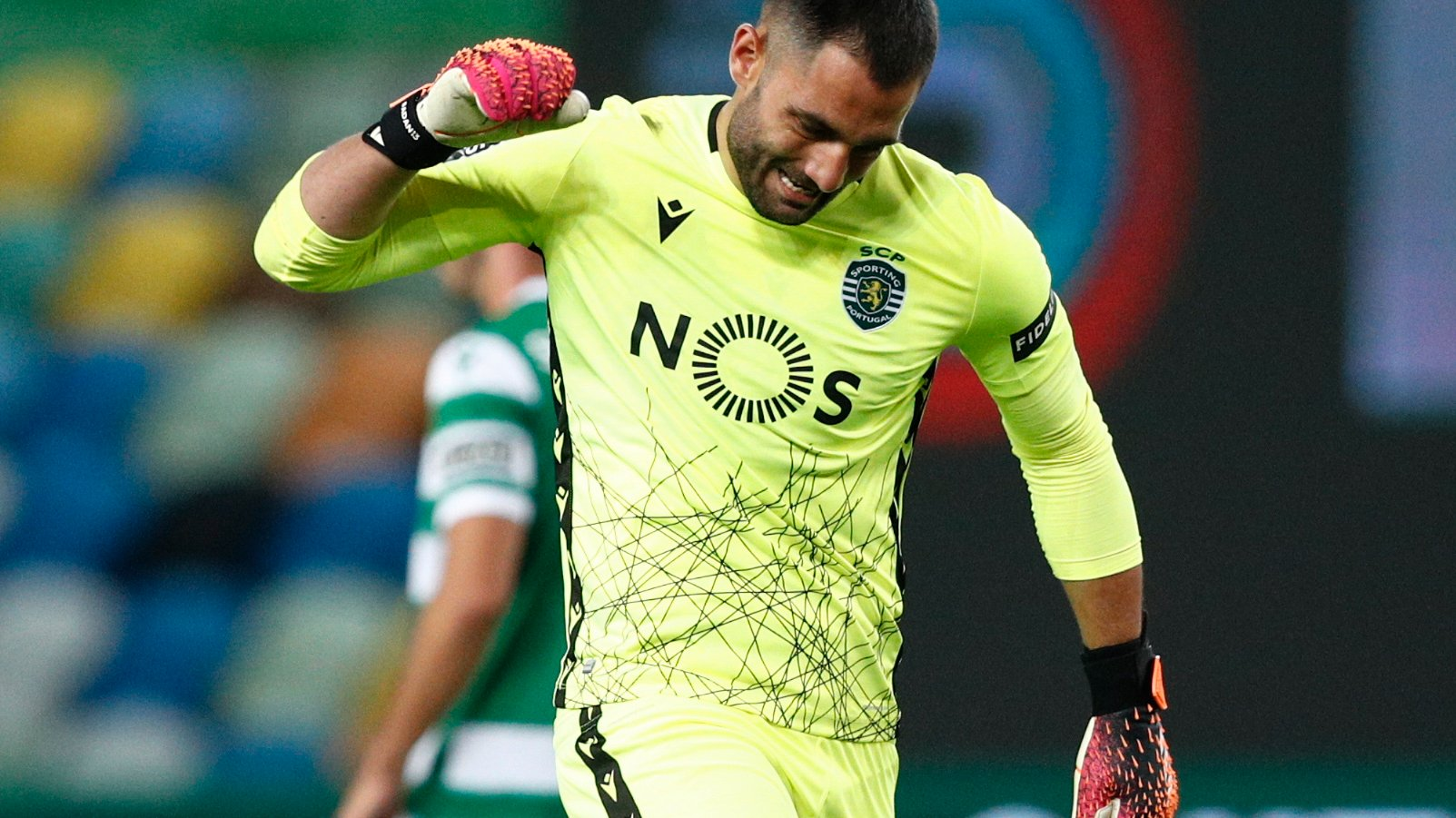 epa09151509 Sporting goalkeeper Antonio Adan reacts after conceding a goal to Belenenses SAD during their Portuguese First League soccer match held at Alvalade Stadium in Lisbon, Portugal, 21 April 2021.  EPA/ANTONIO COTRIM