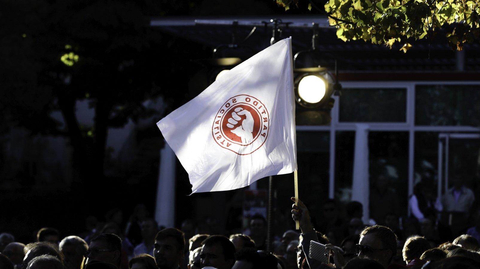 Uma bandeira do Partido Socialista durante uma ação de campanha do candidat do PS à Câmara da Guarda, Eduardo Brito, no Jardim José Lemos, Guarda, 17 de setembro de 2017. PAULO NOVAIS/LUSA