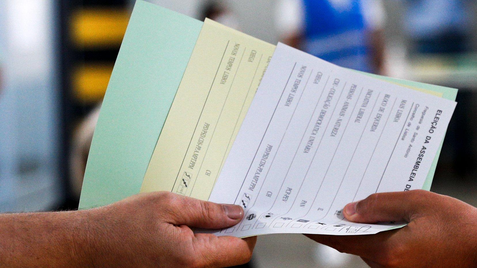 Um cidadão eleitor recebe os boletins de voto nas  eleições autárquicas, em Lisboa, 26 de setembro de 2021. Este domingo  mais de 9,3 milhões eleitores podem votar nas eleições Autárquicas, para eleger  aqueles que vão liderar, nos próximos quatro anos, os 308 municípios e as 3091 freguesias. ANTÓNIO COTRIM/LUSA
