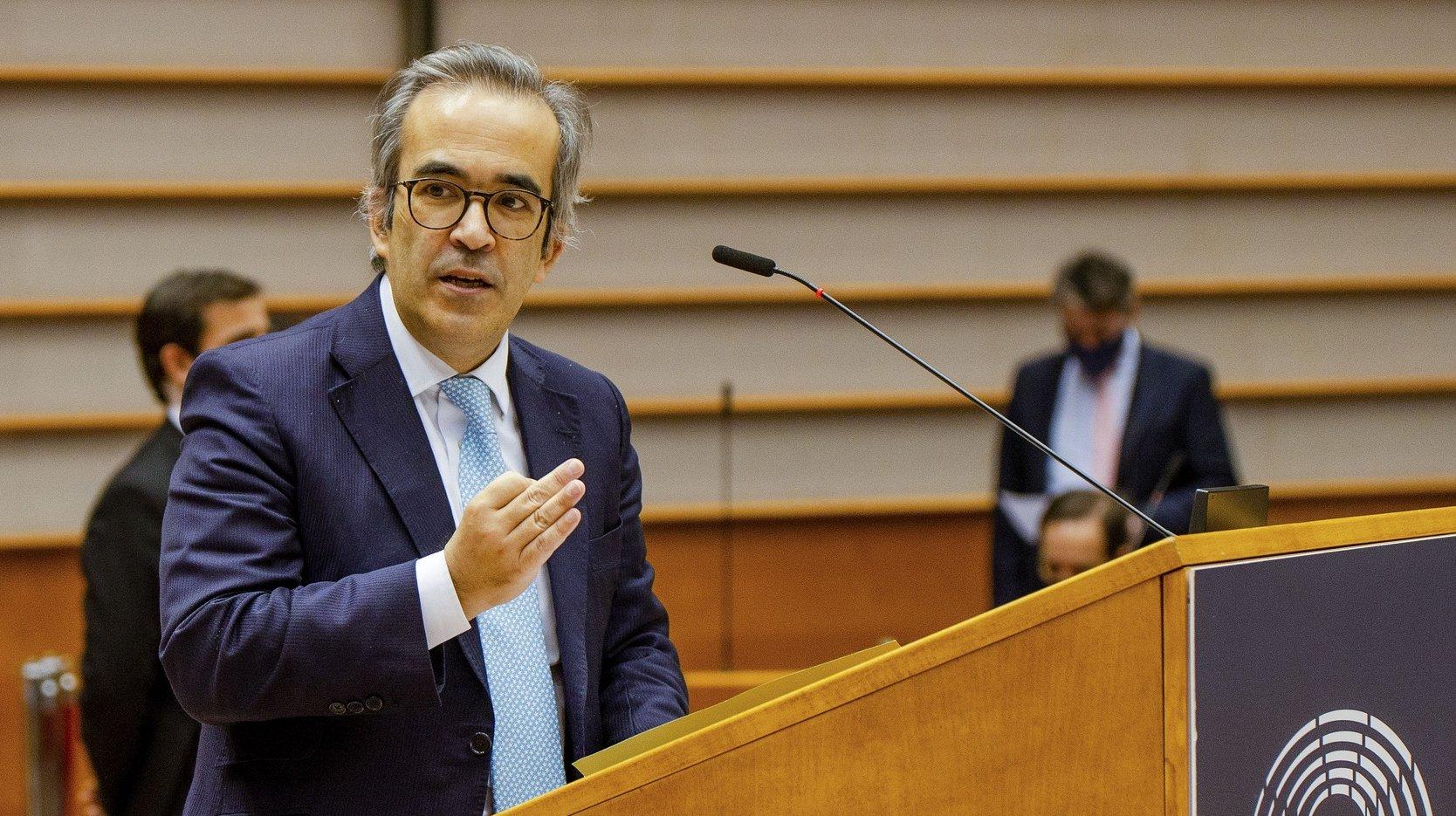 O eurodeputado pelo Partido Social Democrata (PSD) Paulo Rangel intervém no debate sobre o ponto da situação relativamente à estratégia da UE em matéria de vacinação contra a covid-19, no Parlamento Europeu, em Bruxelas, Bélgica, 10 de fevereiro de 2021. TONY DA SILVA/LUSA