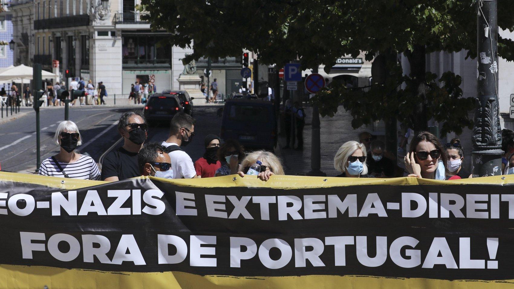 """Ativistas durante a concentração """"Unidos Contra O Fascismo"""" organizada pela Frente Unitária Antifascista """"contra discursos xenófobos, racistas e tentativas de intimidação"""" e """"face às ameaças e chantagens por parte de organizações de extrema-direita neonazis que recairam sobre sete ativistas antifascistas e anti-racistas e três deputadas"""", que decorreu no Largo do Camões, Lisboa, 16 de agosto de 2020. ANTÓNIO COTRIM/LUSA"""