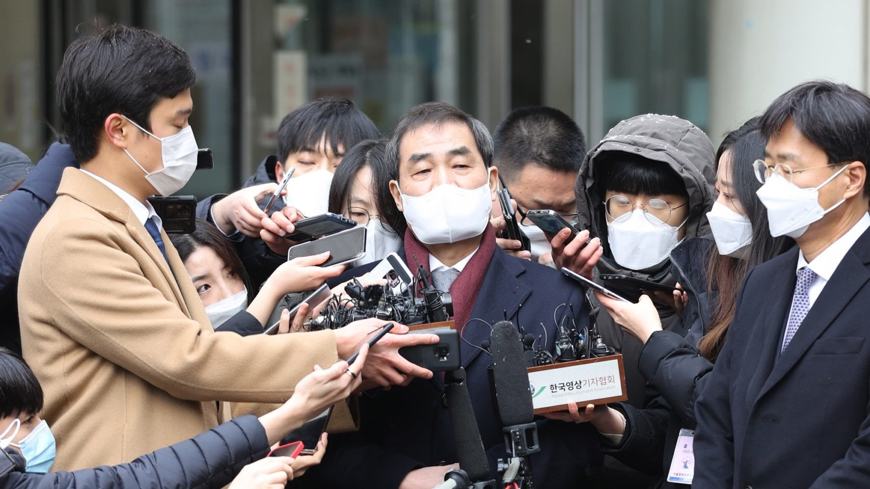 epa08945237 Lee In-jae (C), a lawyer for Samsung Electronics Co. Vice Chairman Lee Jae-yong, speaks to reporters at the Seoul High Court in Seoul, South Korea, 18 January 2021, after the Samsung Group heir was sentenced to two years and six months in prison over bribes to former President Park Geun-hye and her longtime friend, Choi Soon-sil, and taken into custody immediately after the ruling. In August 2019, the Supreme Court ordered the appellate court to review its suspended jail sentence for Lee over the scandal.  EPA/YONHAP SOUTH KOREA OUT