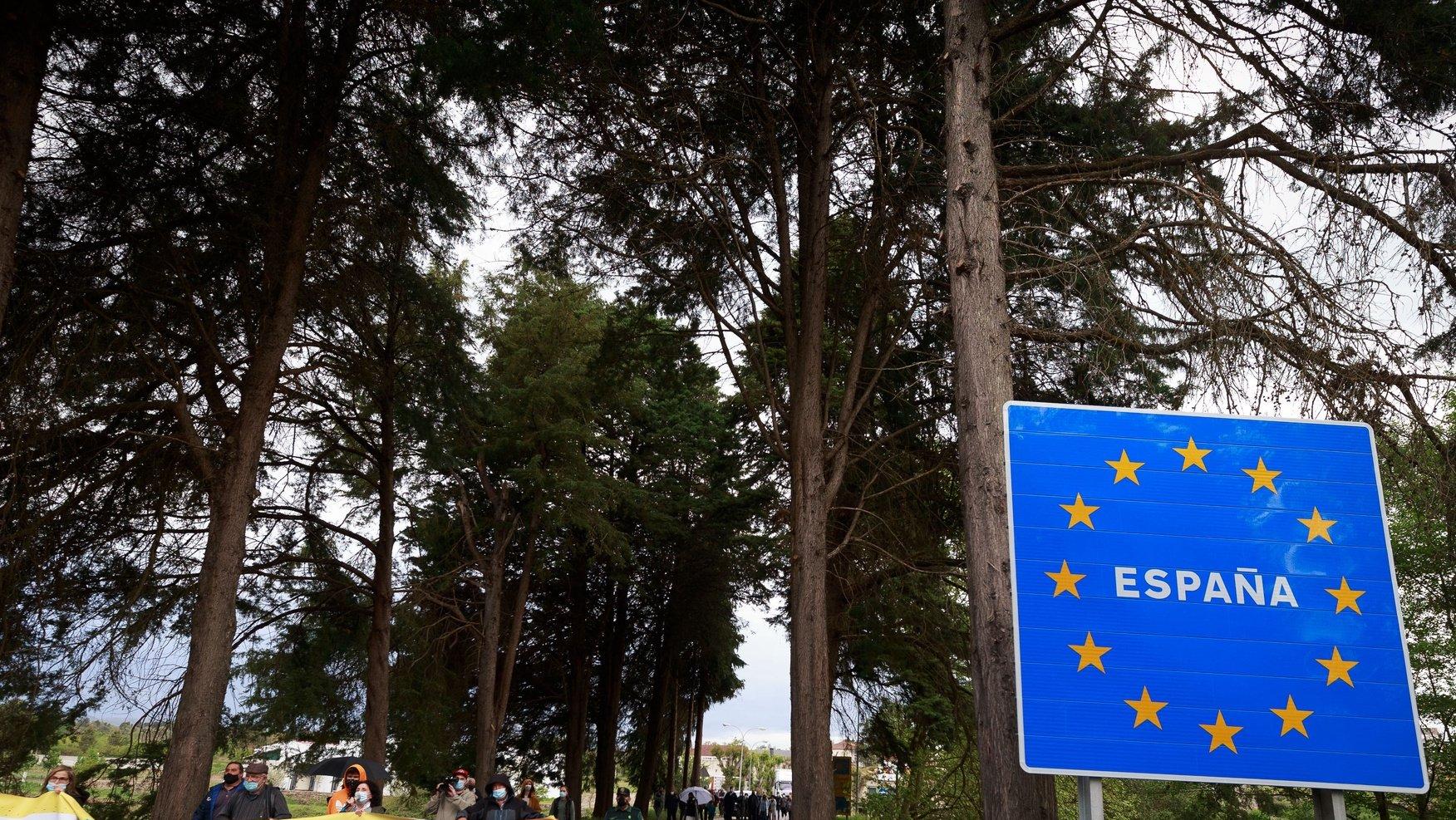 Os comerciantes galegos de Feces de Abaixo juntam-se num protesto conjunto pela reabertura da fronteira entre Portugal e Espanha, devido aos prejuízos económicos causados pelo seu encerramento, Feces de Abaixo, Ourense, Espanha, 23 de abril de 2021. PEDRO SARMENTO COSTA/LUSA