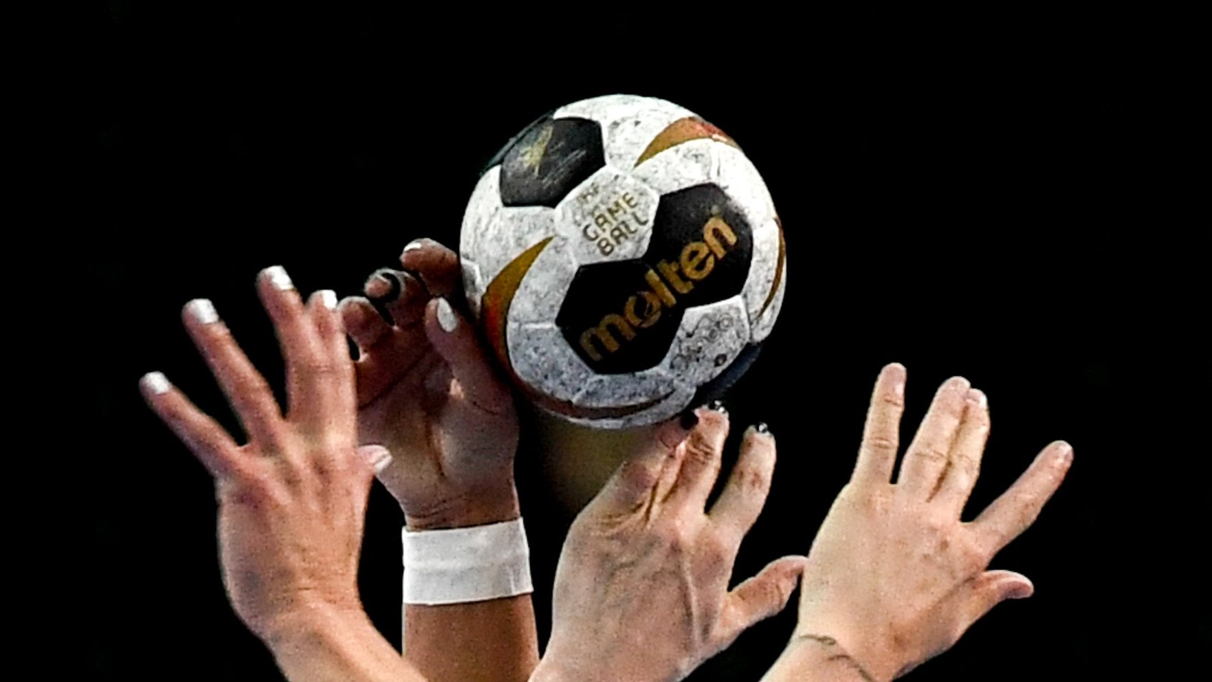 epa06377458 Players trie to catch the ball during the match between Germany and Netherlands at the Women Handball World Championship in Leipzig, Germany, 08 December 2017.  EPA/FILIP SINGER