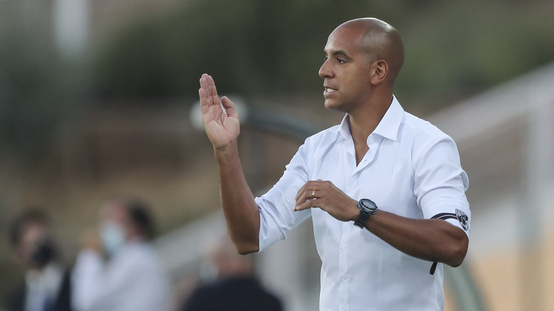 O treinador do Vitória de Guimarães, Pepa, reage durante o jogo da Primeira Liga de futebol contra o Estoril Praia realizado no Estádio António Coimbra da Mota, no Estoril. 13 de agosto de 2021. MIGUEL A. LOPES/LUSA