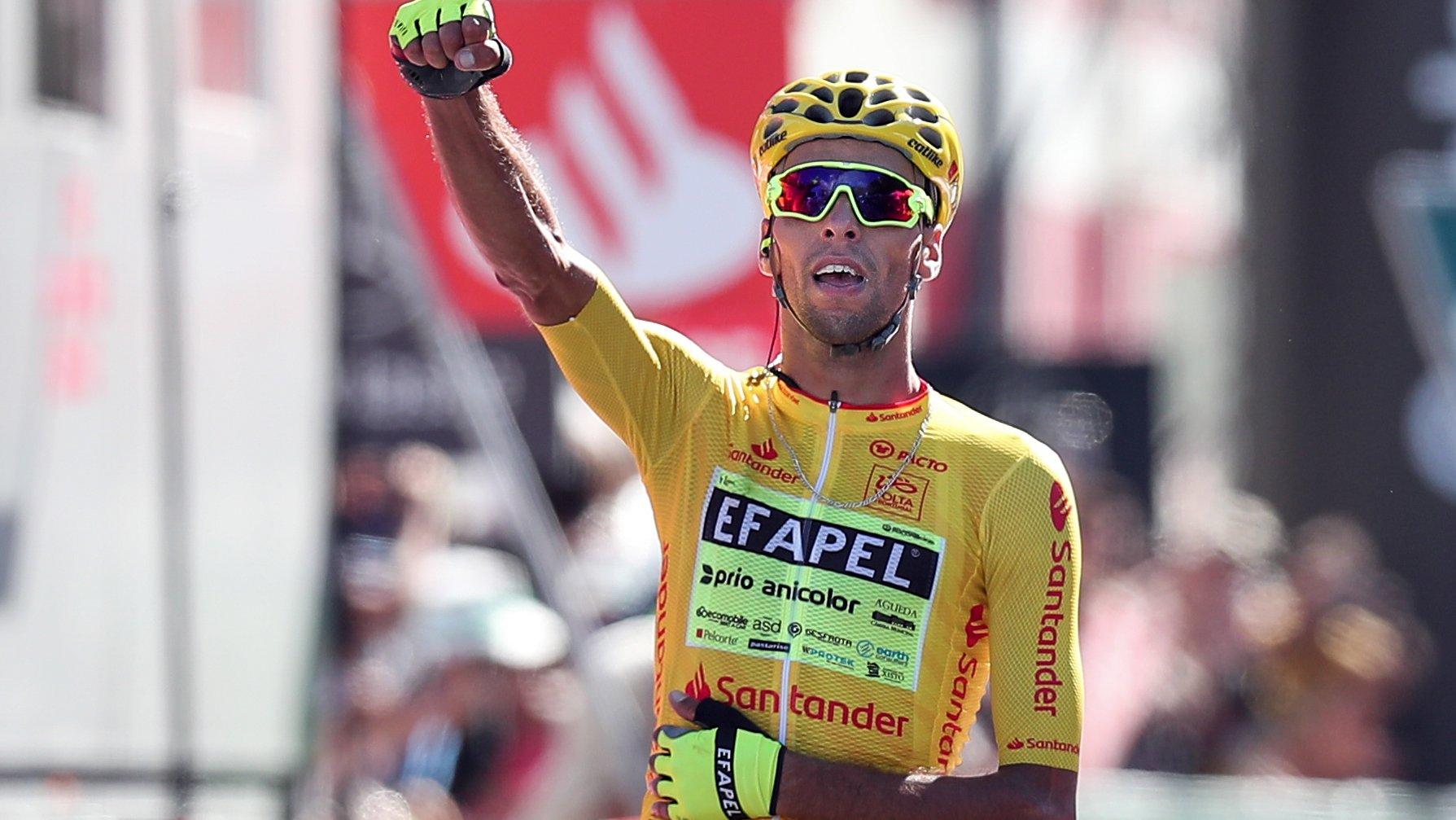 O ciclista da equipa Efapel, Rafael Reis, festeja após vencer a 1ª etapa da 82ª Volta a Portugal em Bicicleta, disputada hoje entre Torres Vedras e Setúbal, com a distância de 175,8 Km, Setúbal, 05 de agosto de 2021. NUNO VEIGA/LUSA