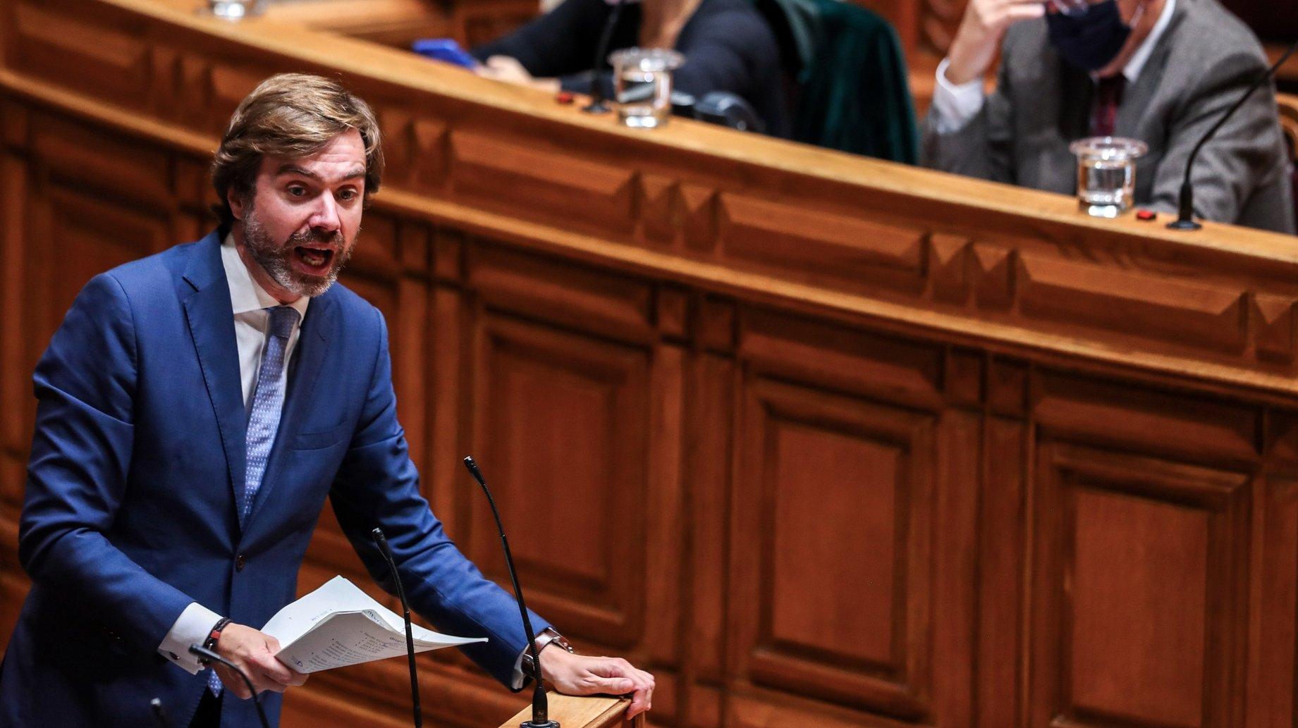 O deputado do CDS-PP, João Almeida, discursa no debate parlamentar de discussão na generalidade do Orçamento do Estado para 2021 (OE2021), na Assembleia da República, em Lisboa, 28 de outubro de 2020. JOSÉ SENA GOULÃO/LUSA