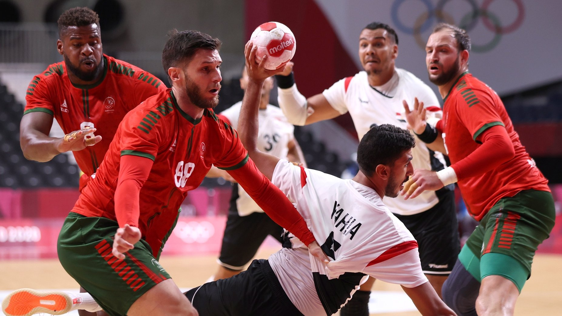 epa09361831 Yahia Omar (C) of Egypt in action against Fabio Magalhaes (2-L) of Portugal during the Men's Preliminary Round Group B match between Portugal and Egypt during the Handball events of the Tokyo 2020 Olympic Games at the Yoyogi National Gymnasium arena in Tokyo, Japan, 24 July 2021.  EPA/WU HONG