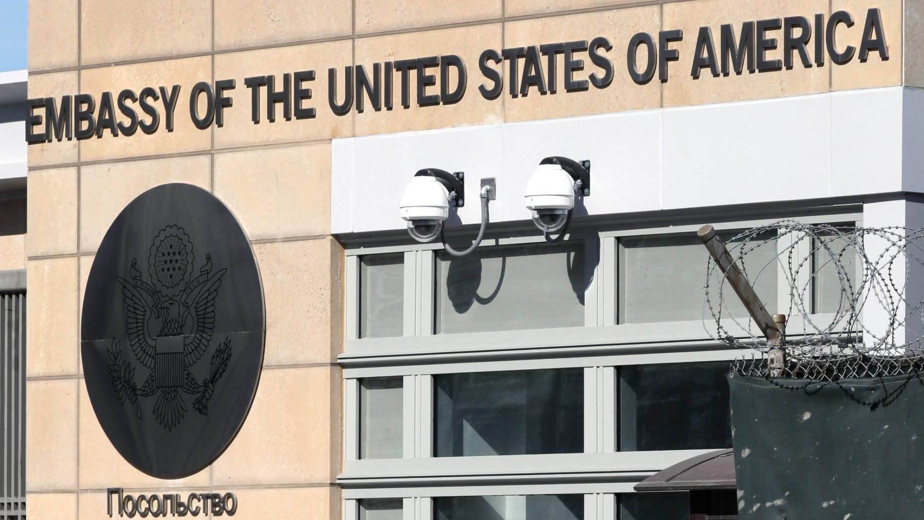 epa07255494 (FILE) - A policeman guards the Embassy of the United States of America in Moscow, Russia, 30 March 2018, (reissued 31 December 2018). Media reports state on 31 December 2018 that the Russian state security agency FBS have arrested a US citizen on 28 December and have charged him with espionage.  EPA/YURI KOCHETKOV *** Local Caption *** 54231778