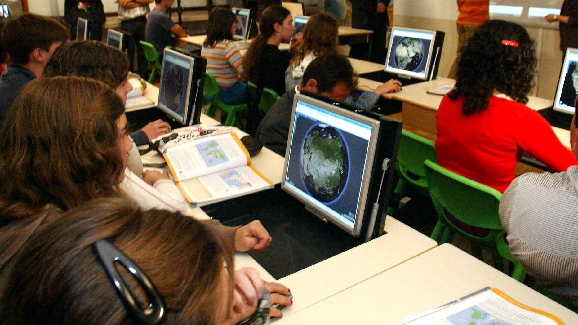Uma aluna assiste a uma aula de geografia com utilizacao de computadores, na Escola Andre Gouveia, integrada no Projecto Piloto no âmbito do Plano Tecnológico Escolas, 16 de Junho de 2008,em Évora. NUNO VEIGA/LUSA