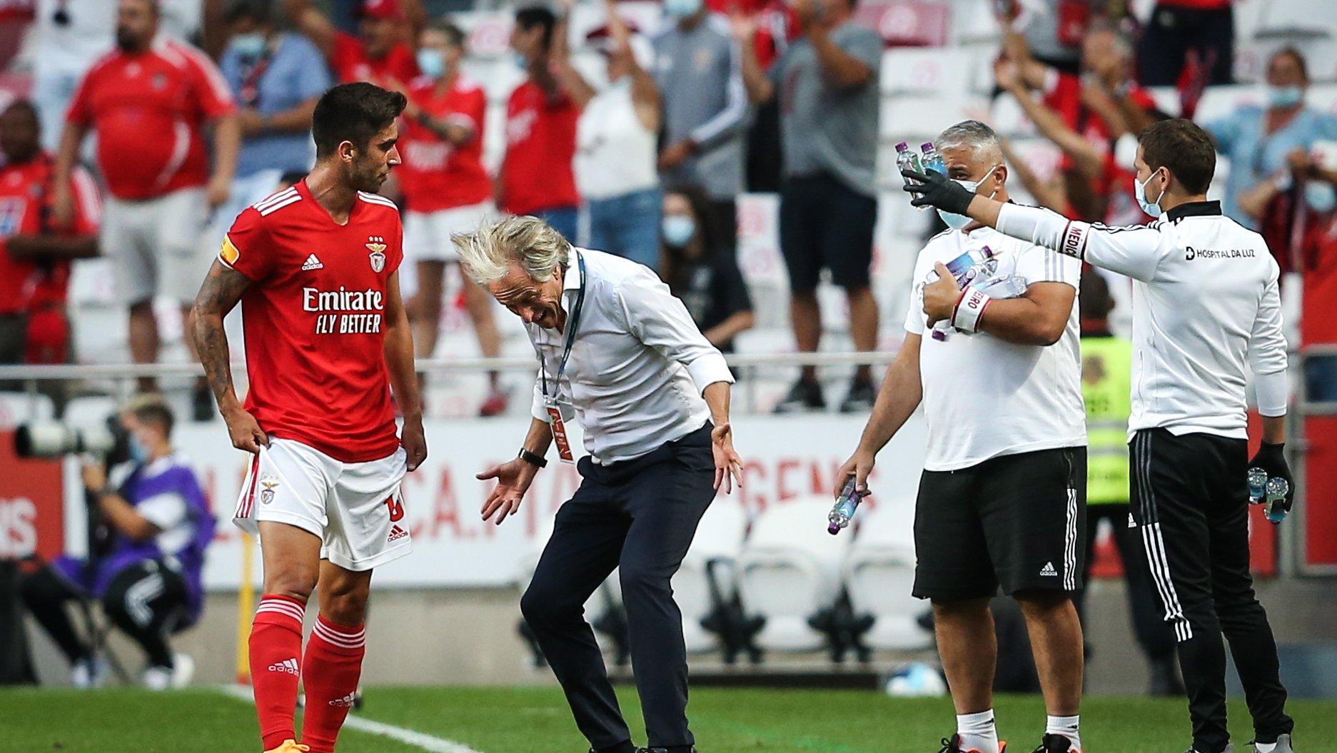 Treinador do Benfica Jorge Jesus (C) e Rodrigo Pinho (E) durante Benfica VS CD Tondela, no estádio da Luz, em Lisboa, Portugal, 29 August 2021. EPA/RODRIGO ANTUNES