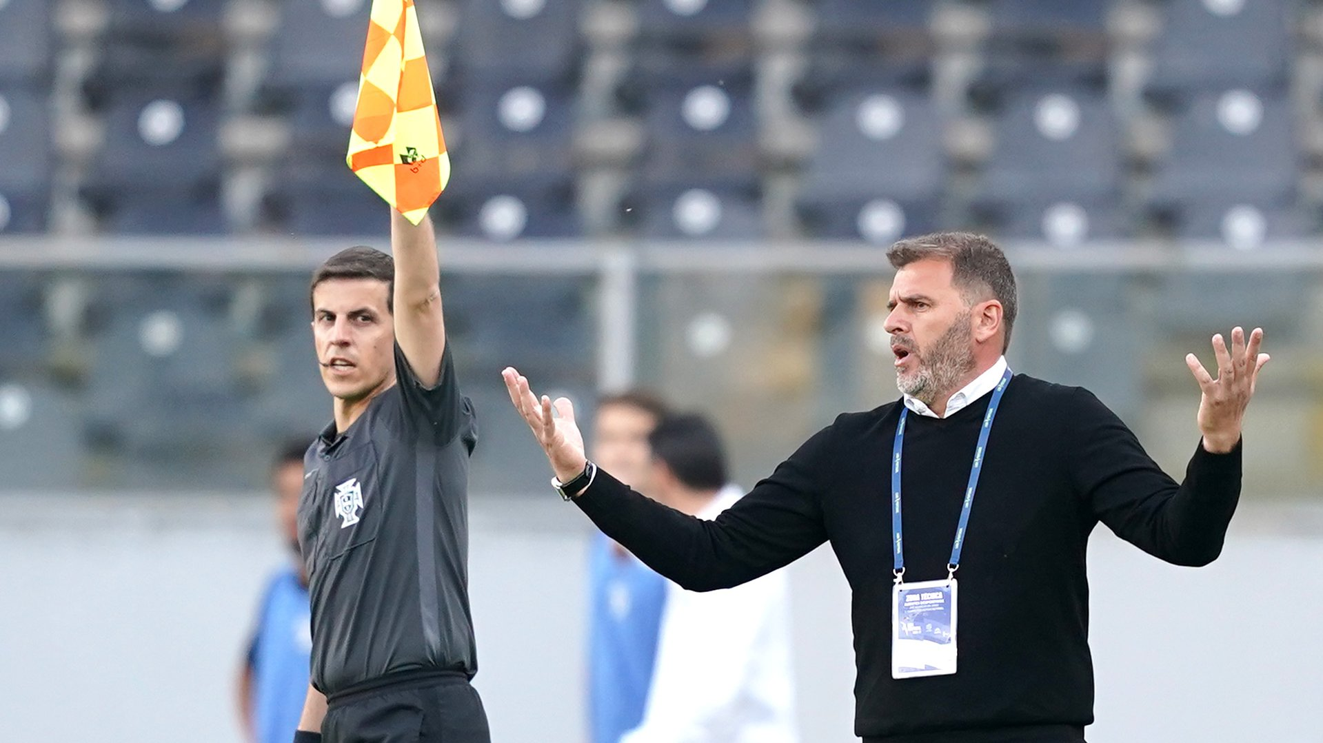O treinador do Vitória de Guimarães, João Henriques (D), reage durante o jogo da Primeira Liga de Portugal, entre o Vitória de Guimarães e o Tondela, realizado no estádio D. Afonso Henriques, em Guimarães, 04 de abril de 2021. HUGO DELGADO/LUSA