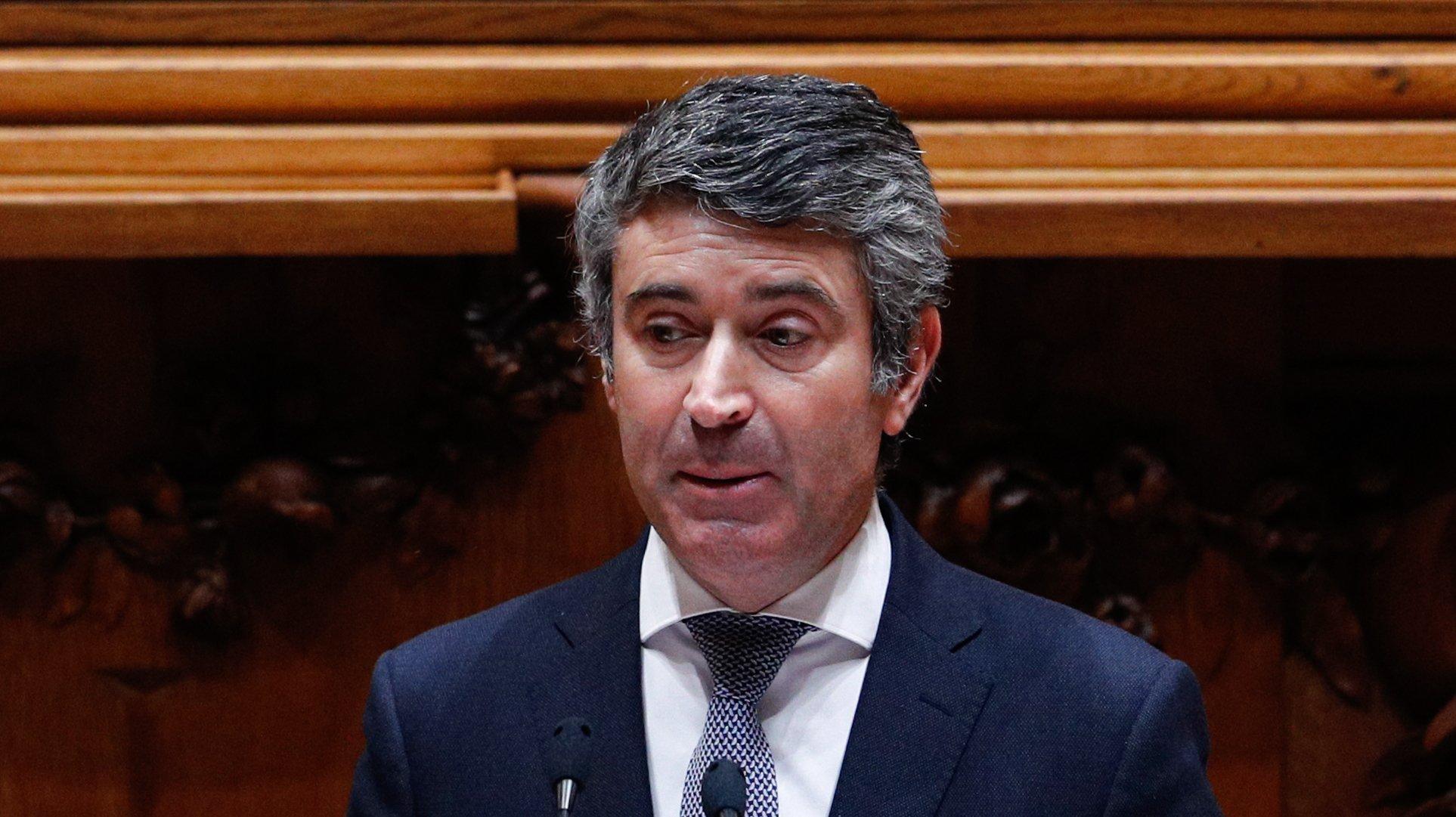 O secretário-geral Adjunto do Partido Socialista (PS), José Luís Carneiro, durante o debate parlamentar de discussão na generalidade do Orçamento do Estado para 2021 (OE2021), na Assembleia da República, em Lisboa, 27 de outubro de 2020. ANTÓNIO COTRIM/LUSA