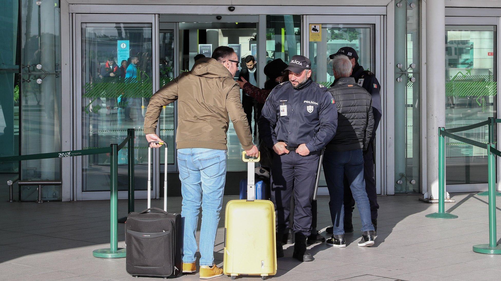 Polícias da PSP revistam passageiros à entrada do Aeroporto Humberto Delgado, Lisboa, 21 de janeiro de 2020. Elementos da PSP e da GNR realizam hoje protestos em simultâneo em Braga, Lisboa e Faro, numa ação convocada pelos sindicatos, enquanto o Movimento Zero (M0) inicia uma vigília nos aeroportos portugueses.  JOÃO RELVAS/LUSA