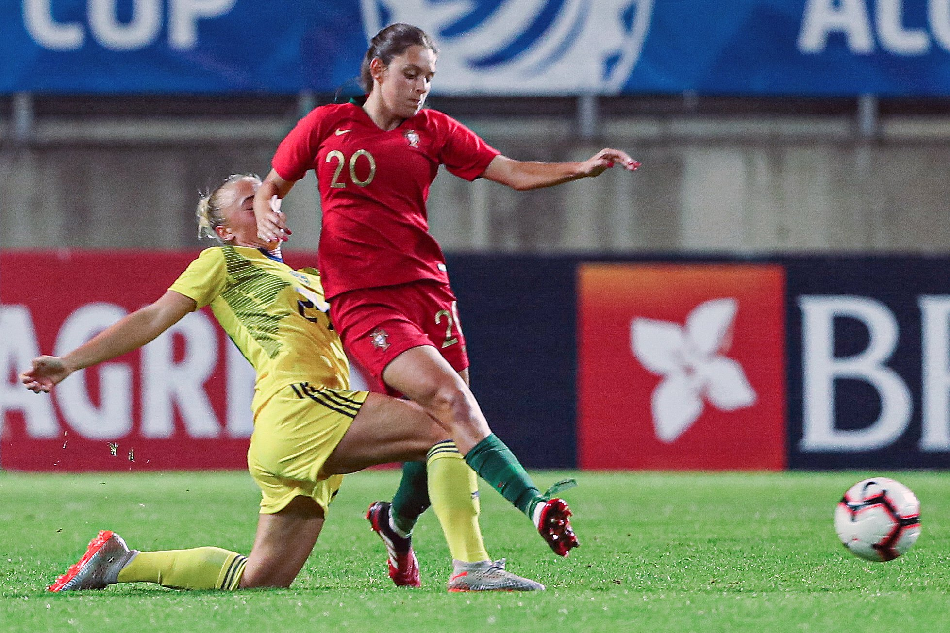 Portugal soccer player, Andreia Faria (R), fights for the ball with Hanna Bennison of Sweden during their Algarve Cup women soccer match held at Algarve Stadium, Faro, Algarve, Portugal, 10th March 2020. LUIS FORRA/LUSA