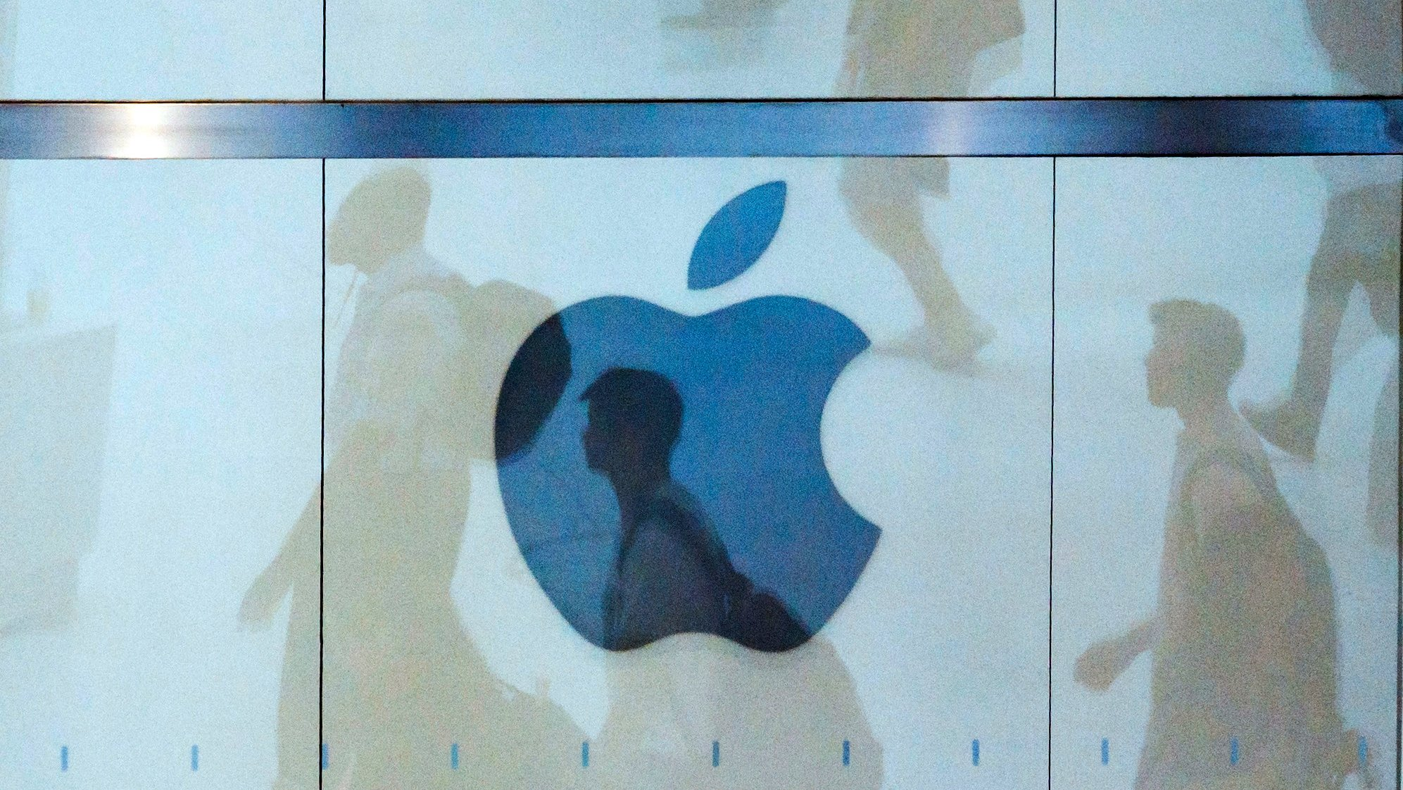 epa08967897 (FILE) - People walk past an Apple logo at an Apple store in New York, New York, USA, 01 August 2018 (reissued 26 January 2021). Apple is to release their financial year 2021 1st quarter results on 27 January 2021.  EPA/JUSTIN LANE *** Local Caption *** 56215821
