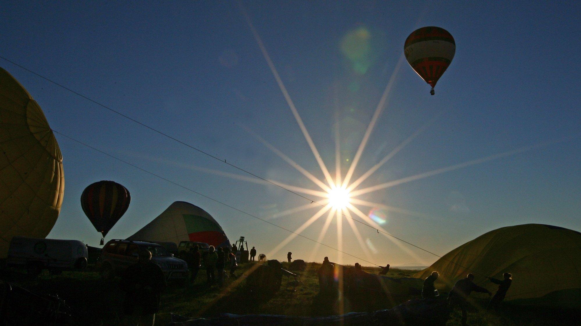 Balonistas durante um voo no âmbito do 16a Edição do Festival Internacional de Balões de Ar Quente - Elvas Património da Humanidade. Elvas, 13 de novembro de 2012. NUNO VEIGA/LUSA