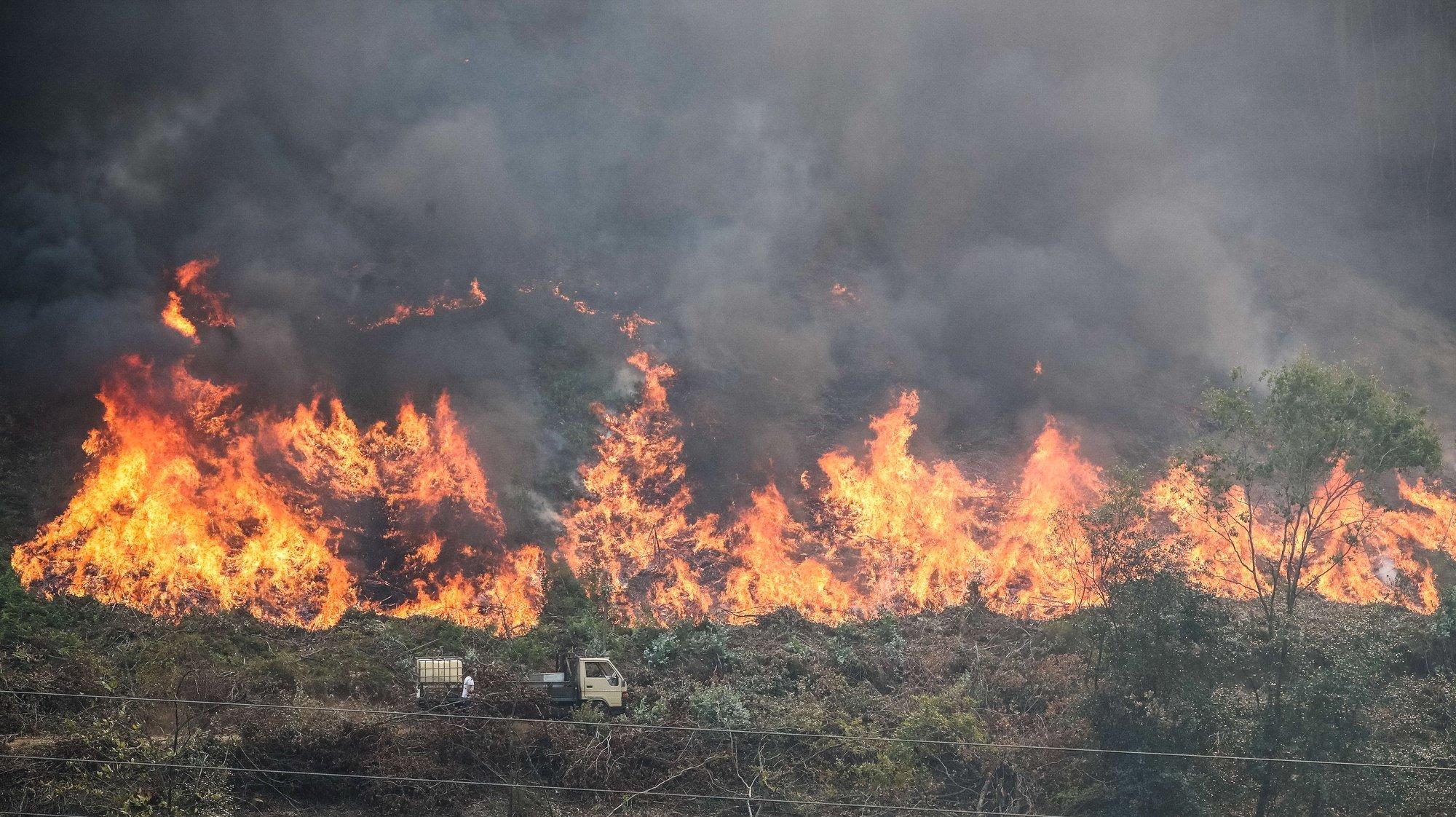 Bombeiros durante o combate ao incêndio florestal que lavra desde segunda-feira nos concelhos de Oliveira de Frades e Sever do Vouga, em Pisão, 08 de setembro de 2020. A Estrada Nacional (EN) 328 encontra-se hoje cortada entre as freguesias de Pessegueiro do Vouga e Talhadas, na saída para a Autoestrada 25 (A25), no concelho de Sever do Vouga, devido ao incêndio de Oliveira de Frades. PAULO NOVAIS/LUSA
