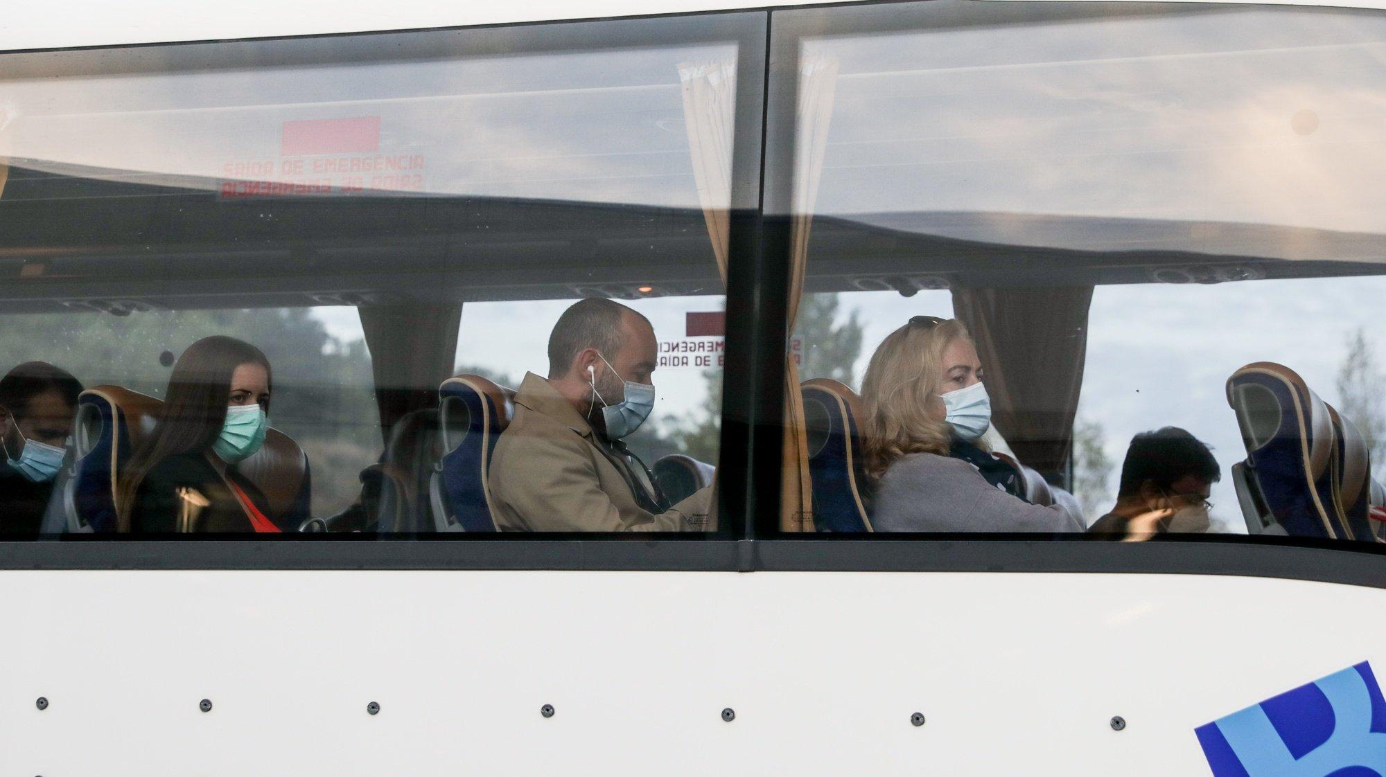 Passageiros partem num autocarro no Terminal Rodoviário de Torres Vedras, 08 de Outubro de 2020. Entre os utentes diários dos transportes públicos na região Oeste, há passageiros que se queixam de algumas carreiras diretas para Lisboa lotadas, enquanto outros se mostram satisfeitos com a oferta e com as medidas implementadas por causa da covid-19. (ACOMPANHA TEXTO DA LUSA) TIAGO PETINGA/LUSA