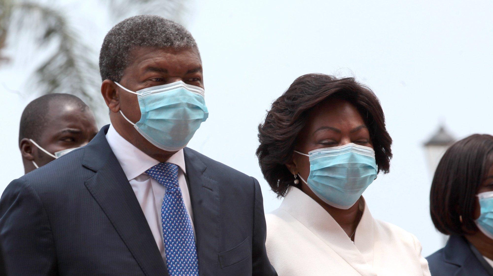 O Presidente de Angola, João Lourenço, acompanhado pela sua mulher, Ana Dias Lourenço, à chegada à Assembleia Nacional, para discursar sobre o Estado da Nação que marca a abertura do ano parlamentar em Angola, em Luanda, 15 de outubro de 2020. AMPE ROGÉRIO/LUSA