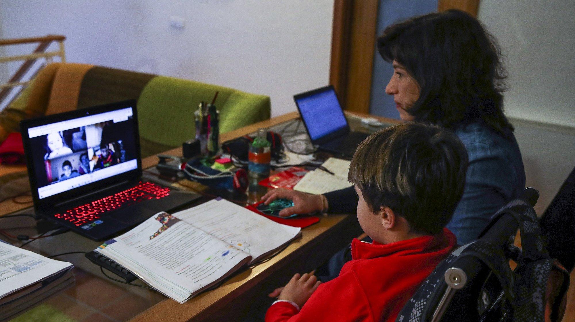 Francisco Gouveia, tem dificuldade em assistir às aulas devido às constantes quebras na transmissão da imagem e do som, e a mãe Margarida Dias tem dificuldades no teletrabalho, em Vila Nova, uma das localidades onde, apesar da transição digital, ainda há locais sem acesso a internet de qualidade, Miranda do Corvo, 19 de fevereiro de 2021. (ACOMPANHA TEXTO DA LUSA DO DIA 05 DE MARÇO DE 2021). PAULO NOVAIS/LUSA